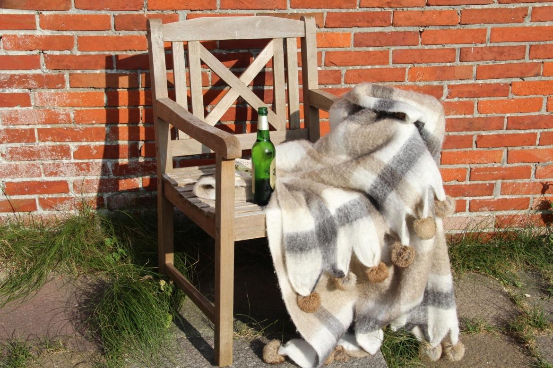 kuschelige decke mit fellbommeln. Black Bedroom Furniture Sets. Home Design Ideas