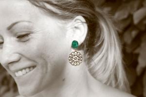 Blume an grünem Cabochon