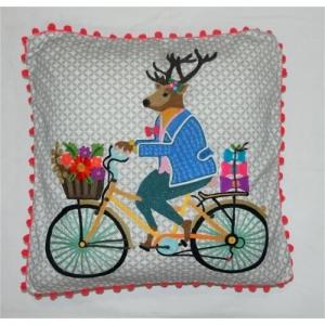 Kissen mit besticktem Hirschen auf Fahrrad