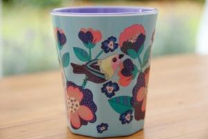 blauer Becher mit Vögeln aus Melamin